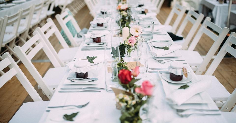 Tisch-Dekoration für eine Hochzeitstafel